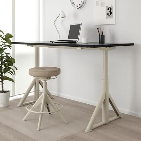 El escritorio IKEA se mueve solo a una altura ajustable