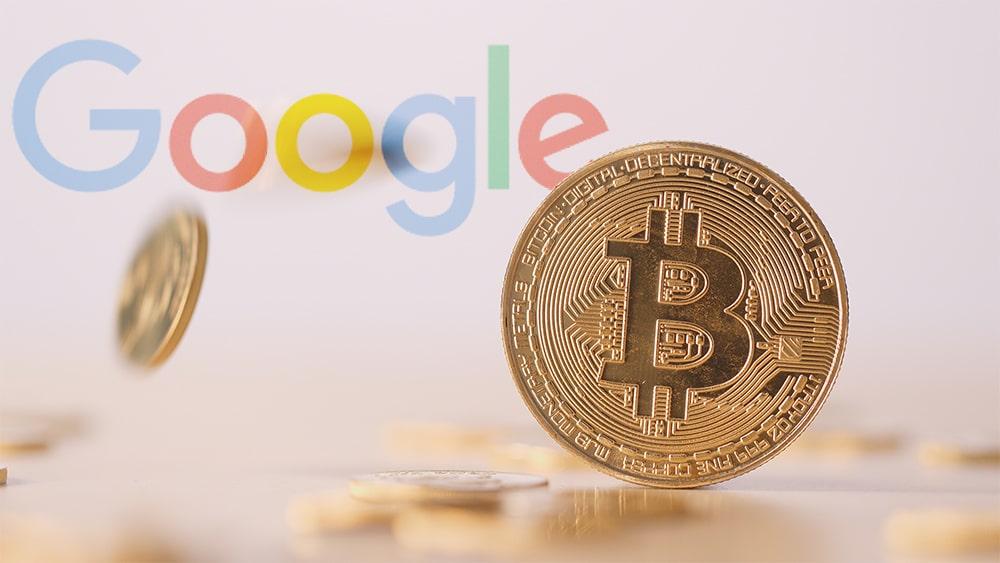 Moneda de Bitcoin con logo de Google en el fondo. Composición por CriptoNoticias. Google / wikipedia.org ; leungchopan / elements.envato.com.