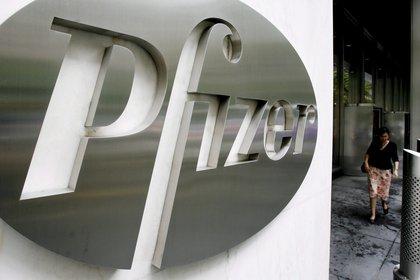 Una imagen del logotipo de la empresa estadounidense Pfizer en la sede global de la empresa en Nueva York (EE. UU.) (Foto: EFE / Justin Lane / Archivo)