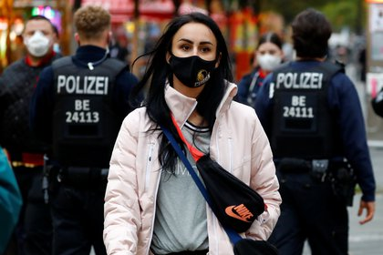 La policía controla el uso de máscaras en una calle comercial de Berlín (Reuters / Fabrizio Pinch)